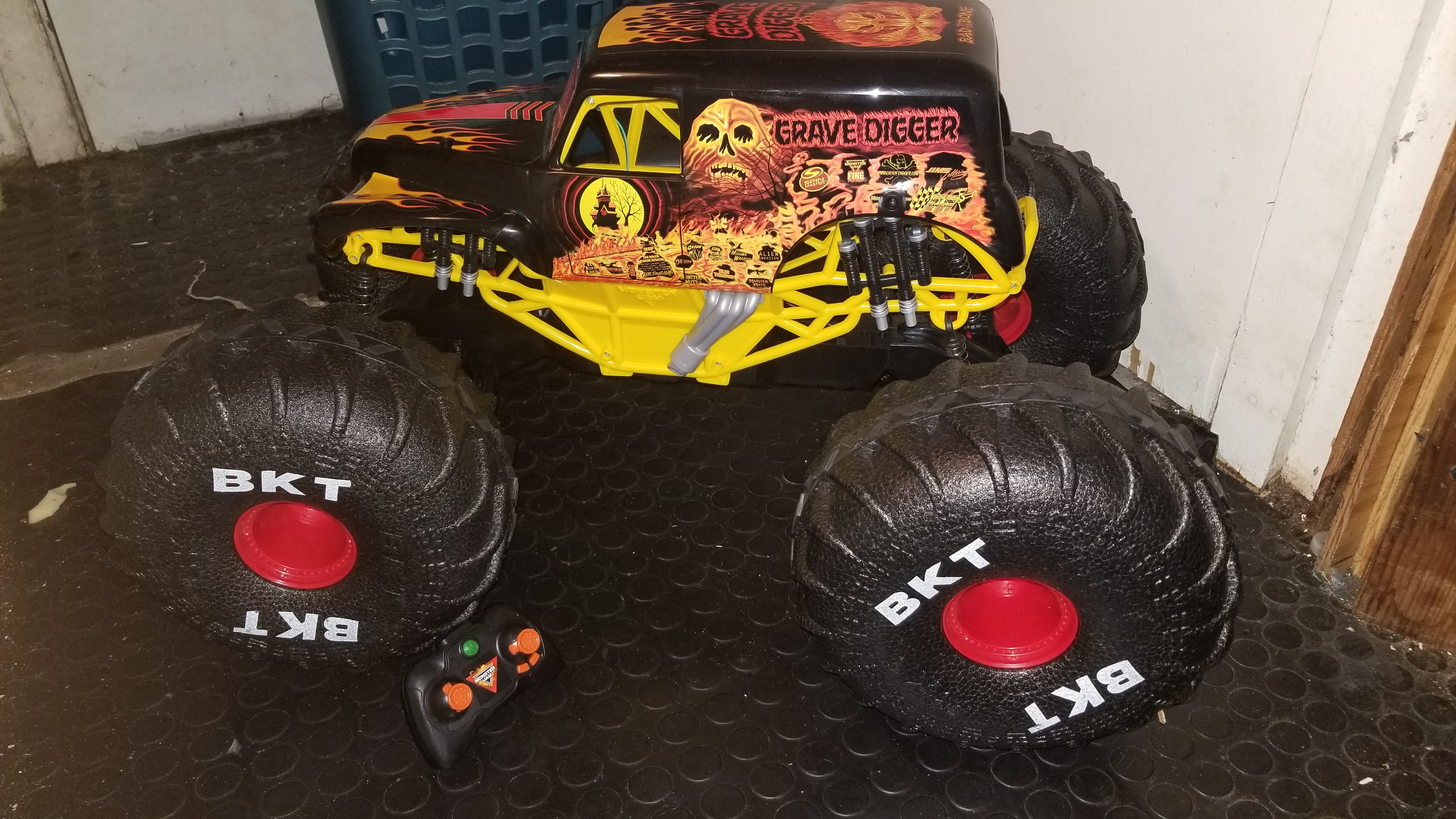 Monster Jam Official Fire Ice Mega Grave Digger All Terrain Remote Control Monster Truck Reviews In Remote Control Toys Familyrated